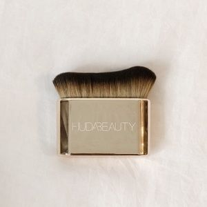Huda Beauty N.Y.M.P.H. body blur & glow brush